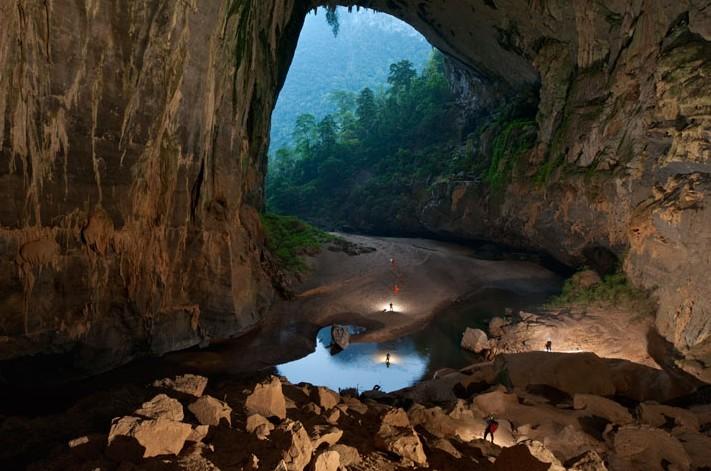 Conoce Hang Son Doong, la cueva más larga del mundo que hasta tiene su propia selva