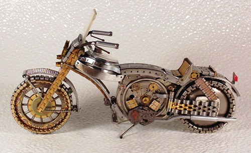 Moto hecha con partes de reloj