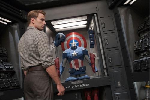 Steve Rogers frente al traje de Capitán América