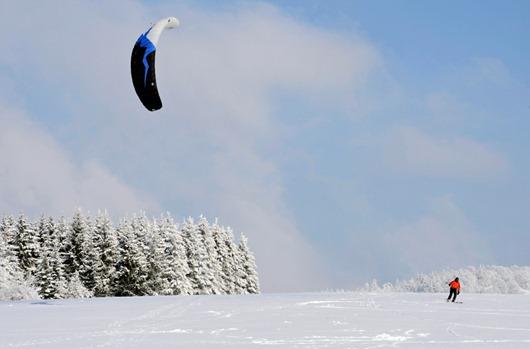 Hombre practicando kite surf en Alemania