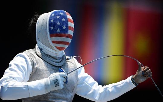 EE.UU. esgrimista Nzingha Prescod se prepara para luchar contra Jung de Corea del Sur