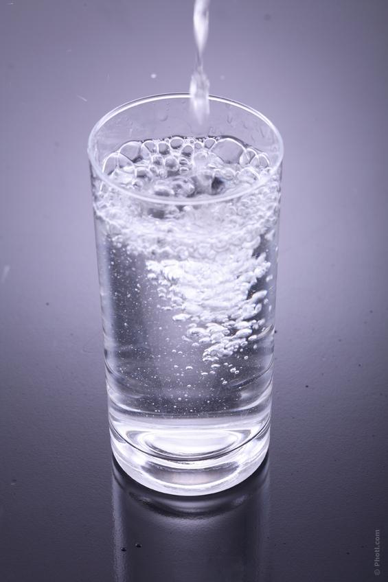 ¿Cuánta agua se necesita tomar al día?, ¿nos podemos exceder tomando agua?