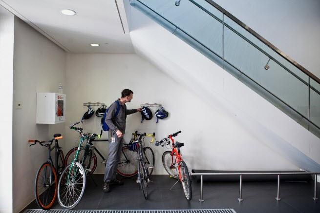 Empleados de Google recogiendo bicicletas