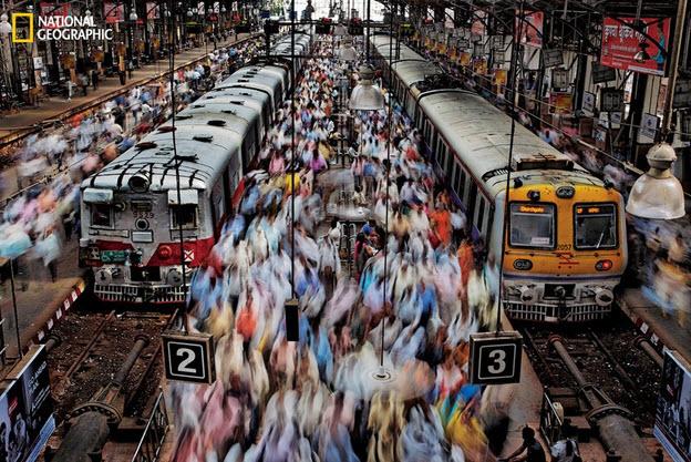 Multitud de personas en la estación de Churchgate en India