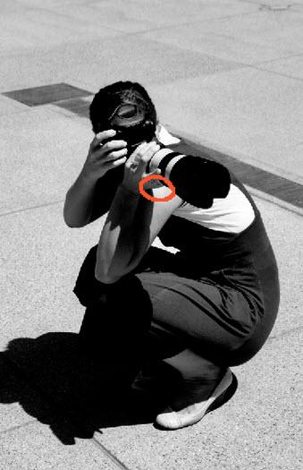 Tomar fotos de cuclillas para estabilidad de cámaras
