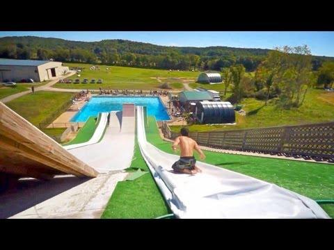 Piruetas en el aire en toboganes gigantes de piscina para relajarnos [Video]