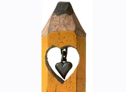 Micro escultura tallado en un  lápiz forma de corazón