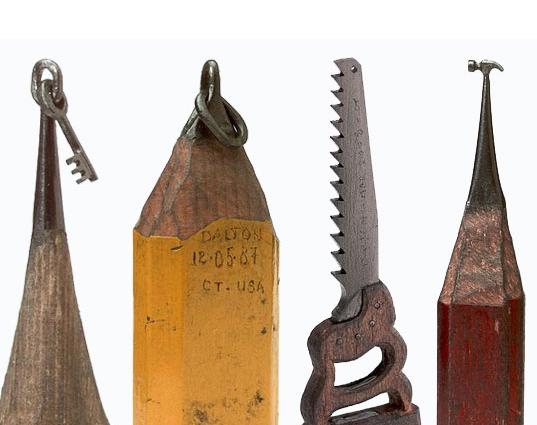 Micro esculturas de herramientas con puntas de lápices